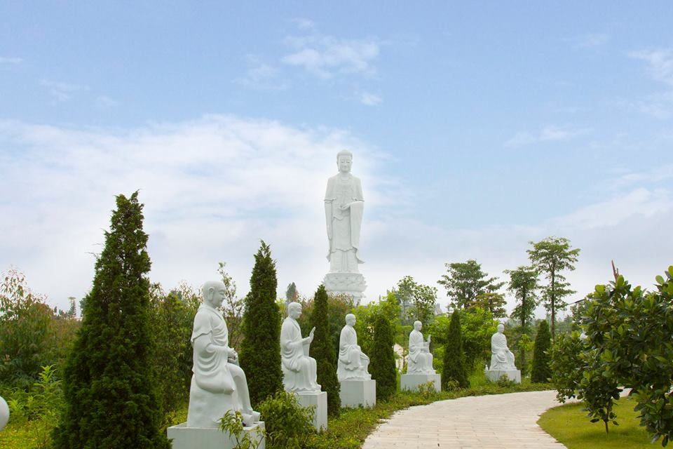 Tượng phật tại công viên nghĩa trang thiên đức