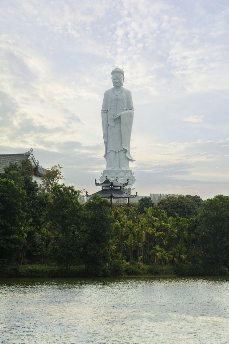 Tượng Phật A-di-đà cao 48m tại công viên Thiên Đức